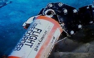 Un bras articulé récupère une des boîtes noires du vol AF447 écrasé en mer au large du Brésil, le 1er mai 2011.