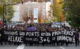 Des manifestants expriment leur soutien aux sept de Briançon.
