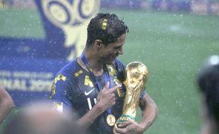 Raphaël Varane avec la Coupe du monde.