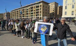 Chaîne humaine pour le climat à Marseille
