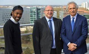 Le chanteur Mat Bastard et l'entraîneur Vahid Halilhodzic entourent Damein Castelain, président de la métropole lilloise