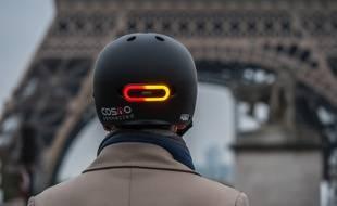 Le Cosmo Ride prend la forme d'un feu Stop avec clignotants qui permet aux cyclistes de se signaler aux automobilistes.