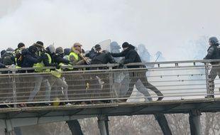 L'ancien boxeur Christophe Dettinger (à droite) est accusé d'avoir agressé deux gendarmes lors d'une manifestation des «gilets jaunes» à Paris, le 5 janvier 2019.