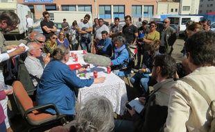 Des membres d'associations tenaient une conférence de presse dans un camp de roms à Marseille.
