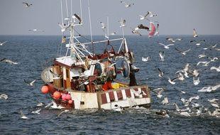 Illustration d'un bateau de pêcheurs ligneurs ici au large de Quiberon, en Bretagne.