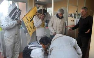 Une centaine d'apiculteurs ont entrepris vendredi d'occuper un centre de la compagnie américaine Monsanto à Monbéqui (Tarn-et-Garonne) pour exiger du gouvernement l'interdiction rapide de la vente et de la culture de maïs génétiquement modifié en France.