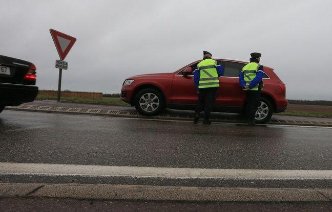Opération de contrôles de sécurité routièredes gendarmes. Illustrations. Strasbourg le 2 mars 2016.