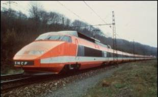 Décidé en mars 1974 par Georges Pompidou, le premier TGV, lancé à 260 km/h sur 417 km de ligne nouvelle entre Paris et Lyon, a été inauguré le 22 septembre 1981 par le président François Mitterrand en compagnie de Charles Fiterman, alors ministre des Transports, après 15 ans d'études, de négociations et de travaux. Cinq jours après, il était mis en service commercial.