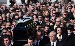 Les proches de Demis Roussos suivent le cerceuil du chanteur grec à Athènes lors de soninhumation.
