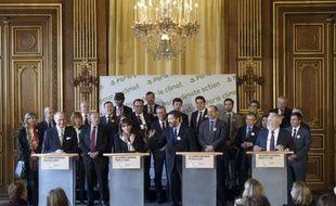 Des représentants d'une trentaine de villes européennes, dont Anne Hidalgo (2e à g.), ont pris l'engagement de réduire de 40% les émissions de gaz à effet de serre d'ici 2030, lors d'une réunion le 26 mars 2015 à l'Hôtel de ville de Paris