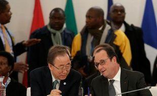 Le président François Hollande et le secrétaire général des Nations Unies Ban Ki-Moon au Bourget le 1er décembre 2015