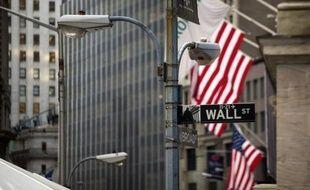 La Bourse de New York a entamé la séance nettement dans le rouge vendredi, abattue par le ralentissement très net des embauches aux Etats-Unis en mars, de mauvais augure pour la reprise économique du géant américain: le Dow Jones glissait de 0,95% et le Nasdaq de 1,47%.