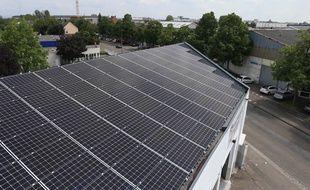 Installation de 600 m2  de panneaux photovoltaïques sur le toit du Garage de la Fédération dans le quartier de la Plaine des Bouchers à la Meinau. Strasbourg le 31mai 2019.