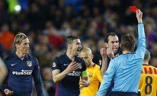 L'arbitre de Barça-Atletico donne un carton rouge à Torres (à g.), le 5 avril 2016 en quart de finale aller de Ligue des champions (2-1 Barça).