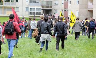 Des manifestants traversent le square des Hautes-Chalais à Rennes, lors d'une manifestation contre la loi Travail, ici le 17 mai 2016.