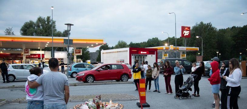 Des bougies déposées après la mort d'une fillette à Botkyrka en Suède, le 2 août 2020.