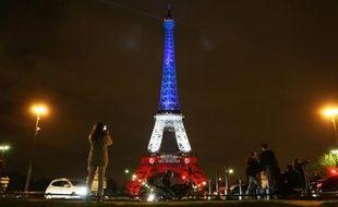 La Tour Eiffel illuminée aux couleurs du drapeau français le 16 novembre 2015, trois jours après les attentats