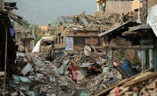 Une femme au milieu des ruines de maisons détruites par un séisme, le 26 mai 2016 à Katmandou, au Népal