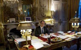 """François Hollande a tenté lundi de désamorcer le conflit entre Jean-Marc Ayrault et Gérard Depardieu en reprochant implicitement à son Premier ministre, qui tentait lui-même d'éteindre l'incendie, d'avoir """"blâmé"""" l'acteur, alors que la droite lui reprochait ses """"insultes"""" et profitait de l'affaire pour dénoncer sa politique fiscale."""