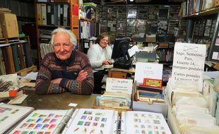 Fernand et Josiane, fondateur et co-gérante de la Bourse aux timbres à Nantes.