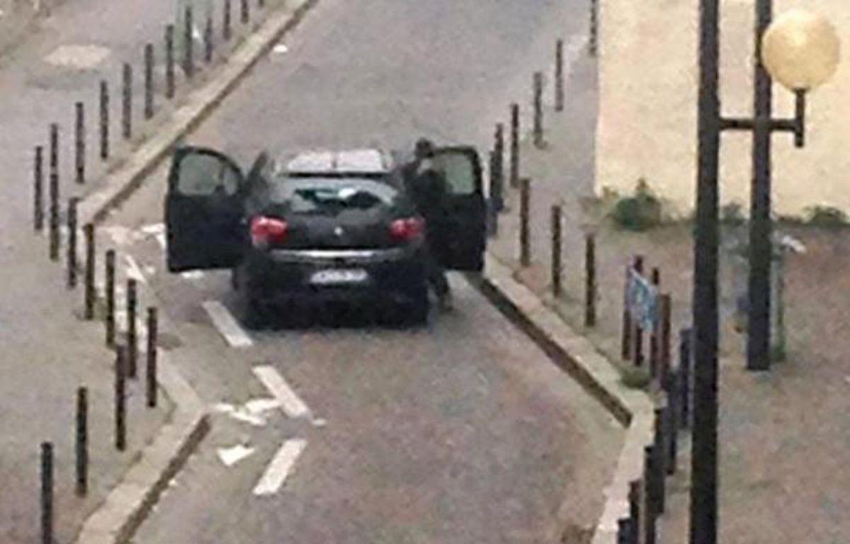 Des hommes armés devant l'immeuble de Charlie Hebdo à Paris le 7 janvier 2015 – Anne Gelbard AFP