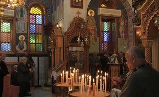 Un homme prie dans une église orthodoxe. Illustration.