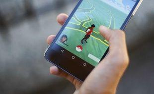 Un dresseur sur le jeu Pokemon GO. Illustration.