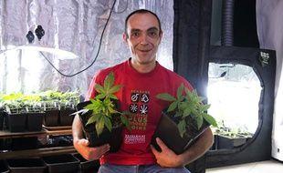 Dominique Broc, le fondateur des Cannabis social clubs (CSC) devant sa production, le 4 janvier 2013, près de Tours (Indre-et-Loire).