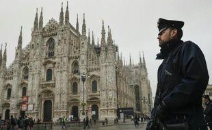Un policier italien patrouille le 19 novembre 2015 près de la cathédrale de Milan, située sur la piazza del Duomo