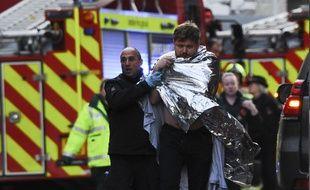 La police anglaise évacuant la zone