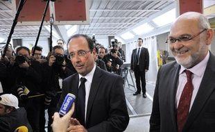Robert Hue et François Hollande le 12 avril 2012, lors d'un déplacement de campagne du candidat PS à la présidentielle à Clermont-Ferrand.