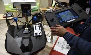 """Un """"drone"""" aquatique et électrique de la start-up savoyarde CT2MC présenté au salon de la croissance verte Pollutec, le 5 décembre 2014 à Chassieu (Rhône)"""