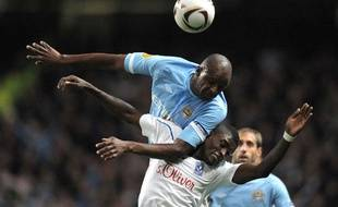 Patrick Vieira prend le dessus sur le joueur de Lech Poznan, Joël Tshibamba, le 21 octobre 2010 en Ligue Europa.