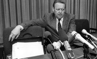 Le responsable est-allemand Günter Schabowski le 9 novembre 1989, lors de la conférence de presse où ses mots improvisés ont précipité la chute du mur de Berlin.