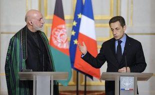 La décision de Nicolas Sarkozy d'avancer à fin 2013 le retrait des troupes françaises d'Afghanistan est à la fois guidée par le contexte électoral de la présidentielle et des contraintes logistiques lourdes, avec 3.600 soldats et une grande quantité de matériel à rapatrier.