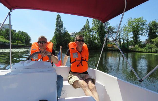 Les bateaux électriques permettent de traverser Rennes d'est en ouest sur la Vilaine (ici aux abords du Roazhon Park).