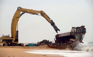 """Les opérations de découpage du cargo TK Bremen, échoué le 16 décembre sur la plage d'Erdeven (Morbihan) se déroulent plus vite que prévu et devraient s'achever en milieu de semaine prochaine """"au plus tard"""", a-t-on appris mardi auprès de l'entreprise chargée du chantier."""