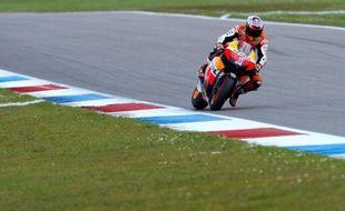 L'Australien Casey Stoner (Honda) partira en position de pointe samedi lors du Grand Prix des Pays-Bas, 7e manche du Championnat du monde, après avoir signé le meilleur temps des qualifications en MotoGP, vendredi sur le circuit d'Assen.