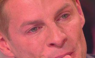 Matthieu Delormeau en larmes face à la caméra cachée dont il a été la victime.