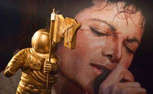 Initiée par le roi de la pop, cette vente avait finalement été dénoncée par sa société de production, Michael Jackson ayant annoncé qu'il souhaitait au préalable consulter l'inventaire des pièces afin de préciser les objets qu'il voulait garder.