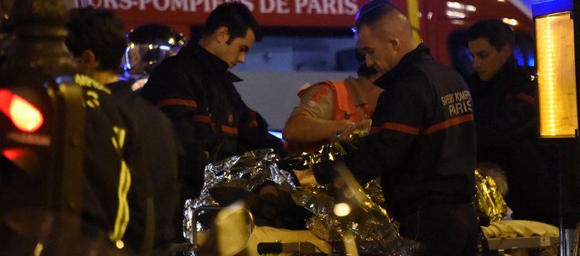 Devant le Bataclan, au soir du 13-Novembre, les pompiers, samu, médecins s'affairent auprès des victimes
