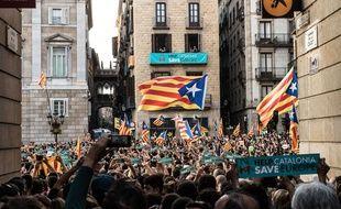 Des manifestants indépendantistes, dans les rues de Barcelone, le 27 octobre 2017.