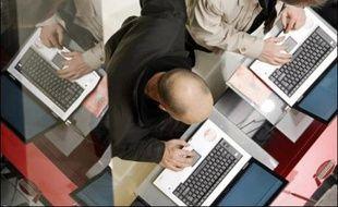 Les ordinateurs portables, devenus le format de prédilection du grand public, sont en passe de détrôner les PC de bureau, profitant du nomadisme des consommateurs conquis par des performances comparables à des prix de plus en plus abordables.