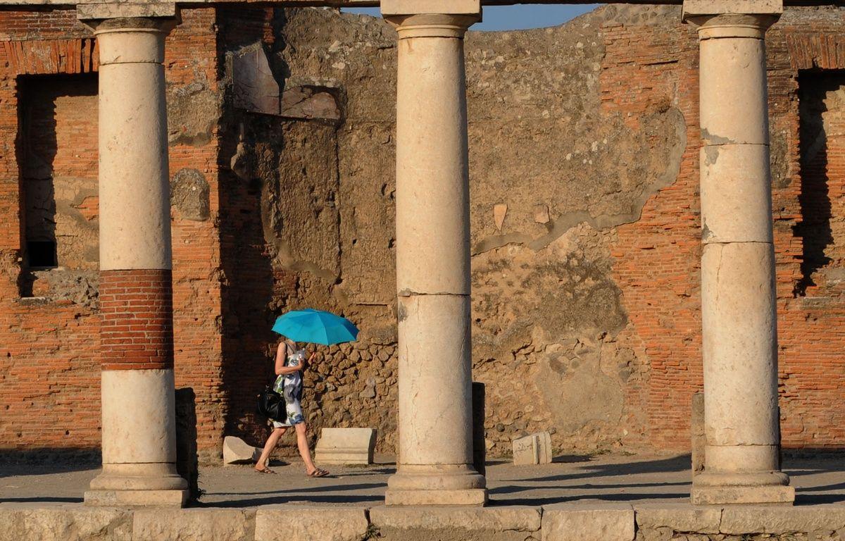 Une touriste à Pompéi en 2015. – MARIO LAPORTA / AFP