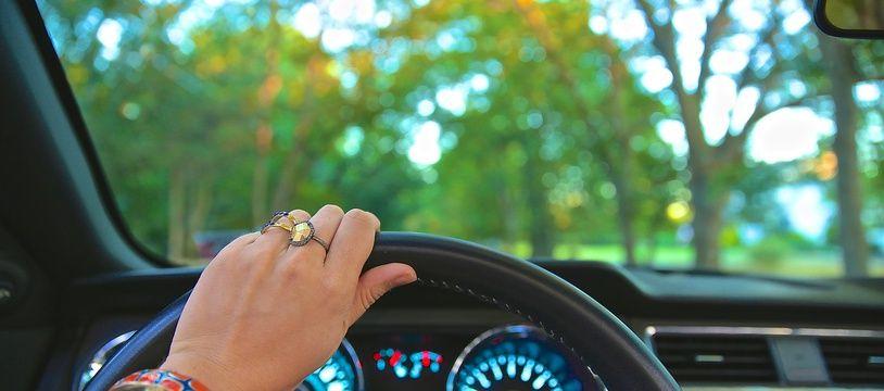 Illustration d'une personne au volant d'un véhicule.