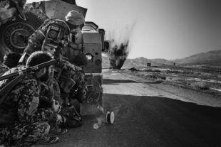 Une équipe de déminage de l'armée nationale afghane fait exploser un engin explosif trouvé sur l'autoroute, à Ghazni, dans la province de Kandahar, le 2 décembre.