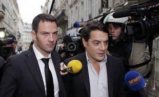 L'ancien trader Jérôme Kerviel, lourdement condamné mercredi en appel, a perdu vendredi une autre bataille, le parquet de Paris ayant classé sans suite deux plaintes qu'il avait déposées au printemps contre la Société Générale.