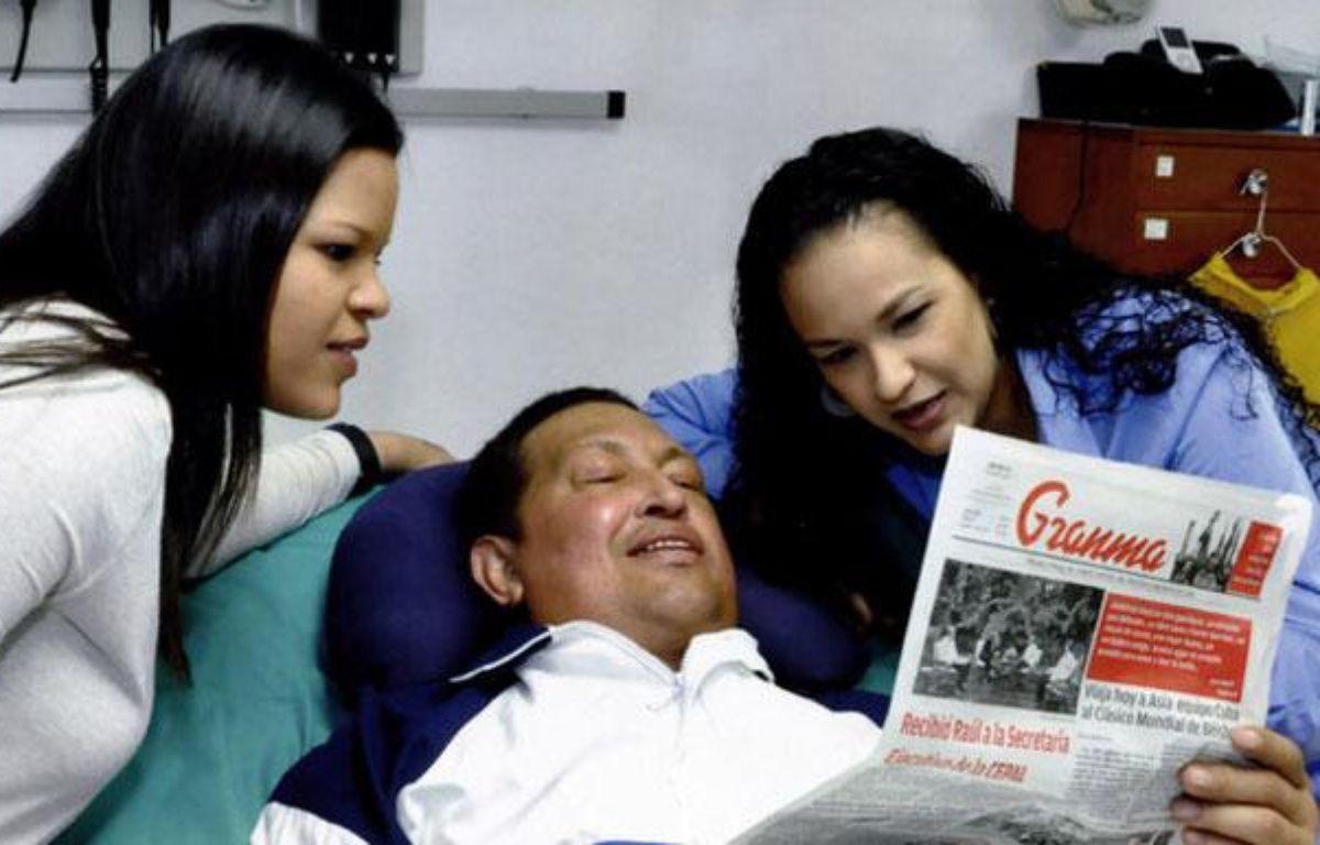 Capture d'écran d'une photogaphie du président vénézuélien Hugo Chavez entouré de ses deux filles, publiée par le ministre de l'Information, Ernesto Villegas, sur Twitter le 15 février 2013. – 20 MINUTES