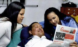 Capture d'écran d'une photogaphie du président vénézuélien Hugo Chavez entouré de ses deux filles, publiée par le ministre de l'Information, Ernesto Villegas, sur Twitter le 15 février 2013.