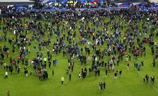 Des spectateurs se réfugient sur la pelouse après France-Allemagne, le 13 novembre 2015 au Stade de France.